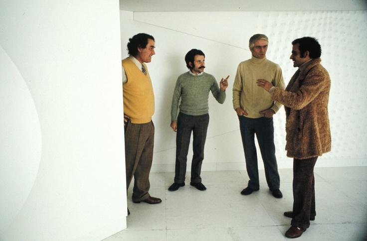 Giorgio Franchetti, Achille Bonito Oliva, Enrico Castellani, Gino Marotta, nell'installazione di Castellani al Palazzo delle Esposizioni,  1972. Foto di Elisabetta Catalano