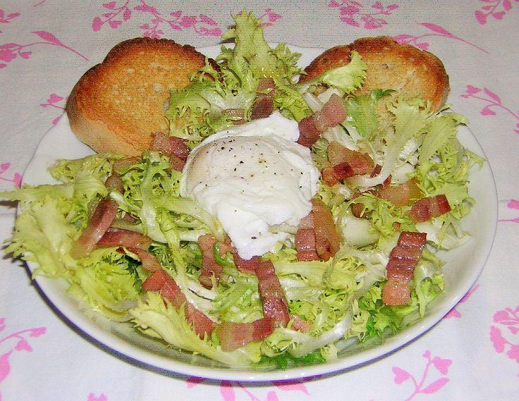 La frisée aux lardons, ovvero insalata riccia con pancetta affumicata è un tipico antipasto francese molto appetitoso che a casa mia piace molto.
