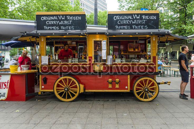 Cafeterías móviles en forma de carro viejo en la famosa calle comercial del oeste de Berlin - Kurfuerstendamm — Imagen de stock #79508824