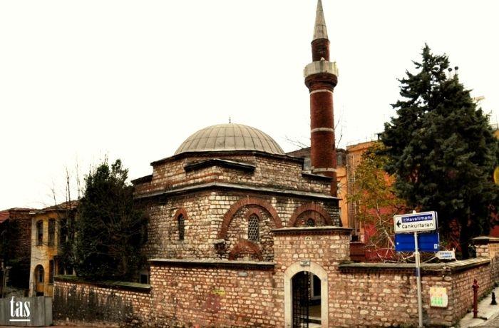 Ahırkapı Ishak Pasa Camii-Sadrazam İshak Paşa Camii; İstanbul Suriçi Sultanahmet Ahırkapı İshakpaşa Caddesi ile Akbıyık sokağın kesiştiği yapı adasında Fatih Sultan Mehmet ve Sultan II.Beyazıt dönemi Sadrazamlarından İnegöllü İshak Paşa tarafından 1482 tarihlerinde inşa ettirilmiştir. Camii eğimli bir araziye inşa edilmiştir. Camiye yüksek bir taş duvar ile cadde kotundan ayrılmıştır. İki sokağın kesiştiği noktadan cami avlusuna girilir. Camii ilk başta mescit olarak yaptırılmış olup 1747…