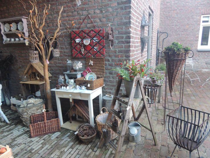 Oude trap, zinken emmer, tafeltje met lade, houtmand, kerststalletjes, schapen vacht.