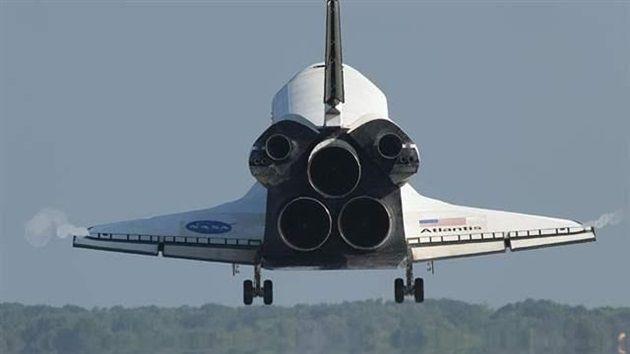 El transbordador espacial Atlantis se acerca a la toma de contacto en la pista 33 en la instalación del aterrizaje de la lanzadera en el Centro Espacial Kennedy de la NASA en Florida.