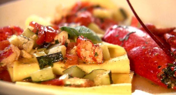 Bereiden:Kook de kreeft gedurende 3 minuten. Laat ze even afkoelen en haal de poten er af. Snij de kreeft door midden. Haal het vlees uit de kreeft en bak zowel de carcasse als het vlees aan in een beetje olijfolie. Voeg een teentje look, courgetteblokjes, kerstomaatjes, witte wijn, water, olijfolie, basilicum en peterselie toe. Laat mooi sudderen. Maak de verse pasta. Rol het pastadeeg uit met een deegroller en haal daarna het deeg vier keer door de pastamachine, steeds op een dunnere ...