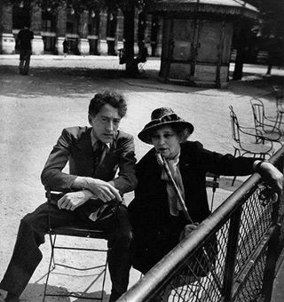 Jean Cocteau et Colette au Palais-Royal. Paris, 1947