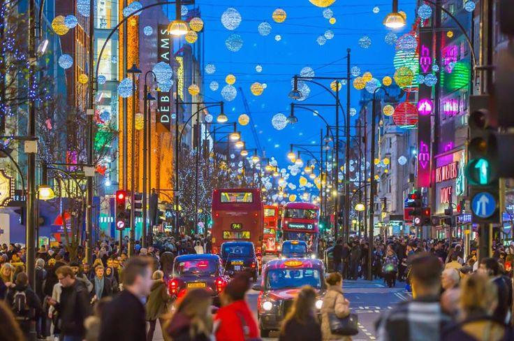 Para os que pretendem conhecer Londres, o natal é uma ótima oportunidade de curtir a cidade no seu melhor estilo. Todos os anos, a partir de novembro, as ruas da cidade se iluminam, as pistas de patinação no gelo se abrem e a decoração de natal aparece. A cidade é uma referência com os famosos mercadinhos de natal.  CT Operadora Todos os destinos, seu ponto de partida #CToperadora #Queroconhecer #Londres #Seumelhordestino #Natal #merrychristmas #Feliznatal