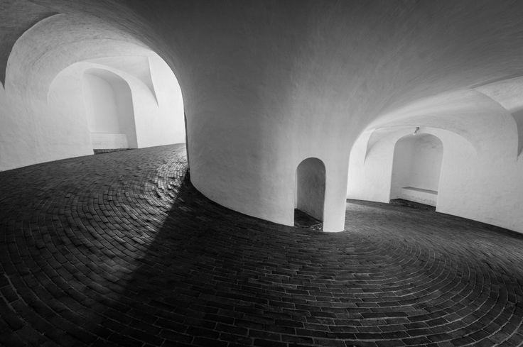 La Rundetårn (en español: Torre Redonda) es una torre del siglo XVII ubicada en el centro de Copenhague, Dinamarca. Siendo uno de los numerosos proyectos arquitectónicos del rey Cristián IV, fue construida como observatorio astronómico. Es conocida por su pasillo helicoidal que recorre 7 vueltas y media antes de llegar a la parte más alta y por las amplias vistas panorámicas de la ciudad de Copenhague que ofrece.