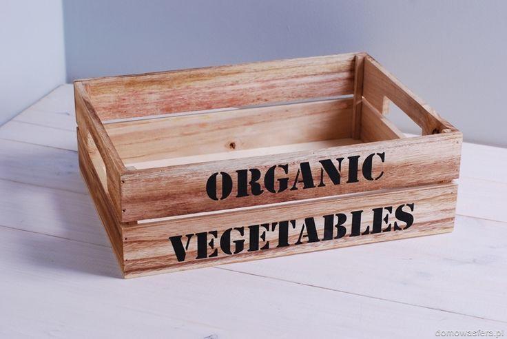 """Drewniana skrzynia z jasnego drewna i czarnym nadrukiem """"Organic vegetables"""". Pięknie zaprezentuje się w przestrzeniach minimalistycznych oraz skandynawskich."""