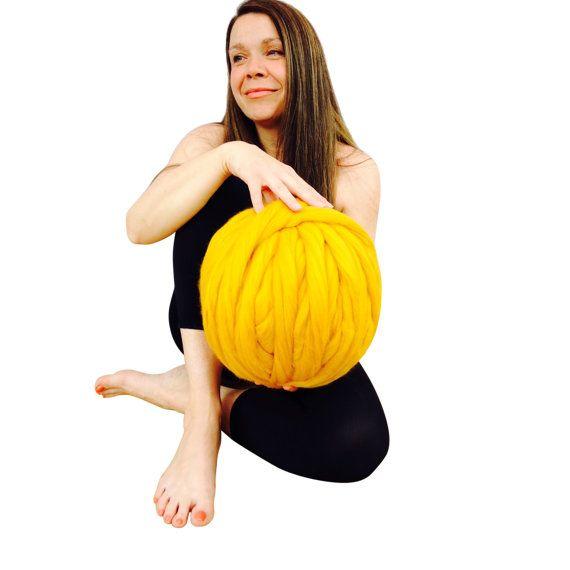 Gigante para hacer punto, tejer brazo, punto extremo, punto grueso - este sin hilado merino es ideal para hacer esas enormes mantas, bufandas gruesos y alfombras.  PUEDO SUMINISTRAR GRATIS TEJER INSTRUCCIONES PARA TEJIDO NORMAL Y TEJIDO DEL BRAZO - HÁZMELO SABER QUE PREFIERE AL HACER TU PEDIDO Y ENVIAREMOS UNA COPIA.  1 es enorme de 3 pulgadas de largo  2 puntos = 10cm  1 kilo = 52 metros de longitud  Cada madeja es hecho con lujo 100% sin hilar lana Merino. El hilado es suave, tierno y…