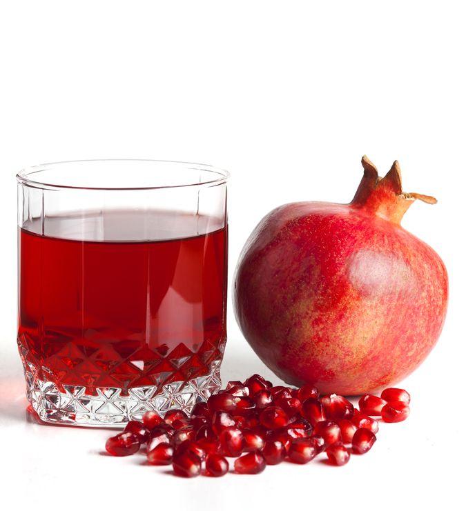 Гранатовый сок - король всех соков. Он улучшает работу печени, выводя из нее токсичные вещества, которые там накапливаются из-за неправильного питания. Витамины и антиоксиданты, содержащиеся в этом соке, препятствуют образованию холестериновых бляшек на стенках сосудов. Регулярное употребление гранатового сока очищает кровь.