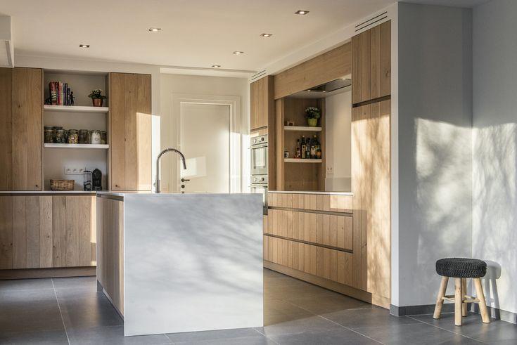 Warme moderne keuken, greeploze fronten in eik fineer. Werkblad in kwartzcomposiet 2cm dik.