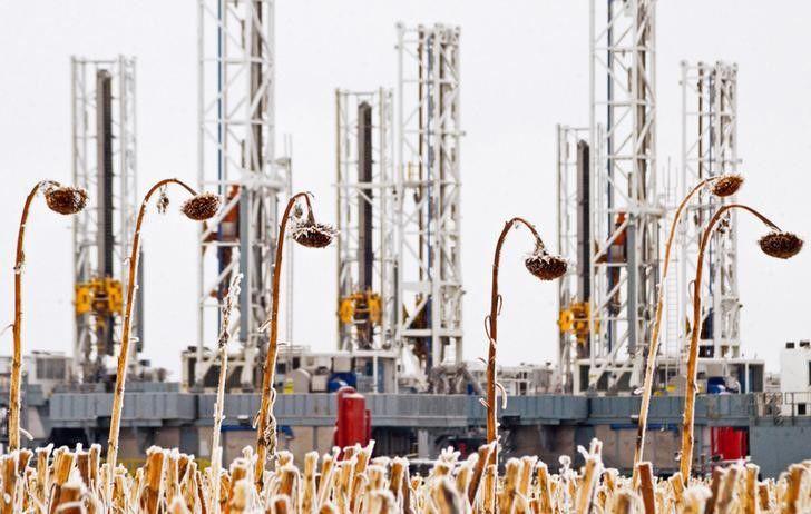 Oil rises 1% on inventory drawdown, EIA stockpile data ahead