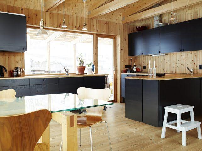 I Göteborg står denna villa fylld av Sveriges skatt, trä. Det är inte ovanligt i villor, tvärtom, men det är ovanligt att det inte ...