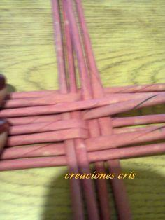 Curso de cestería con periódicos o falso mimbre: cesta ovalada de papel periodico con fondo tejido