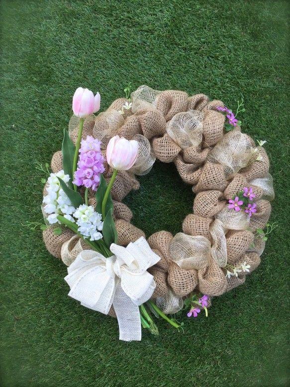 『春ハンドメイド2017』春を代表するお花......チューリップ、ムスカリ、クローバーなどを花束のように束ねてスプリングリースを作ってみましたバーラップ(麻布)で仕上げたリースにオフホワイトのリネンリボンとともに春色の花束をアレンジしてみました春はもうすぐそこに来ていますね直径35cmはあるので、玄関ドアなどに飾り春を呼び込んではいかがでしょうか?お部屋の模様替えにも活躍すると思います。*サイズ.......直径35cm*使用材料.......バーラップ(麻布)アーティフィシャルフラワー、リネンリボン       シーナマイロールバーラップ(麻布)で仕上げたリースですので、多少のほつれ感はありますが、飾っていただくのには支障ありません。ご了承ください。受注後の製作となります。