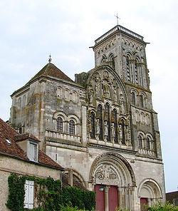Basilique Sainte-Marie-Madeleine de Vézelay  Façade de la basilique. Construite au XIIe siècle, modifiée au XIIIe, elle fut restaurée au XIXe par Eugène Viollet-Le-Duc et le sculpteur Pascal.