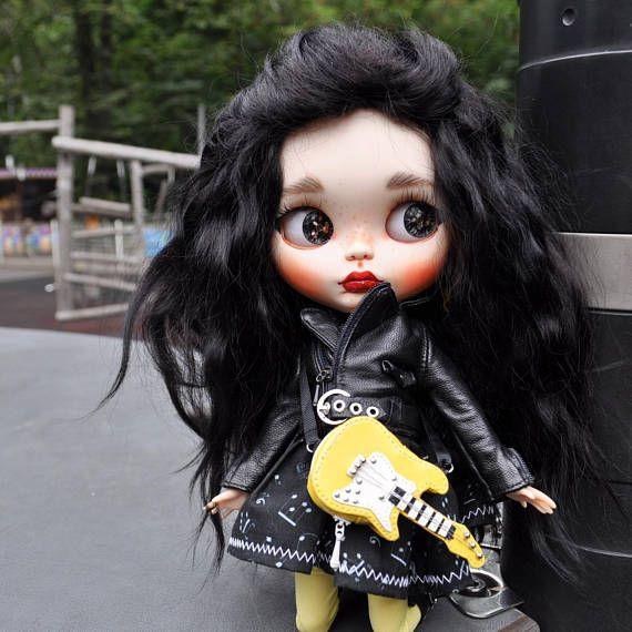 I can't really play but I like to pose as a rock chick! Muñeca de Blythe custom muñeca ooak vendido Kara