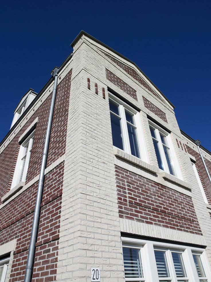 Cimbinatie van rode en witte bakstenen zorgt voor extra detaillering in de gevel woningbouw - Gecoat witte gevel ...
