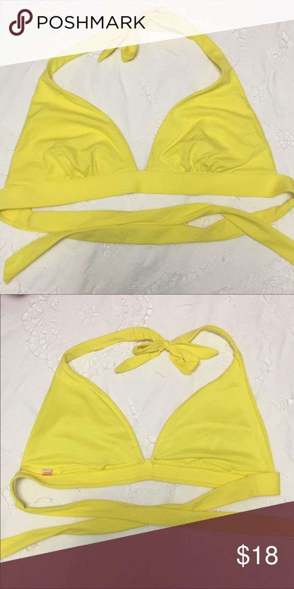 👙EUC VS BIKINI TOP👙 WORE ONLY A COUPLE OF TIMES Victoria's Secret Bikini Top. EUC, I don't have the pads that go in it but any bikini pads will work! The tags were removed, however this was a Medium Top. smoke free home!! Victoria's Secret Swim Bikinis