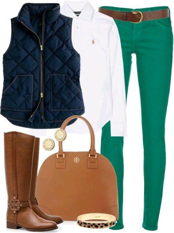 Chaleco azul y el contraste del pantalón verde