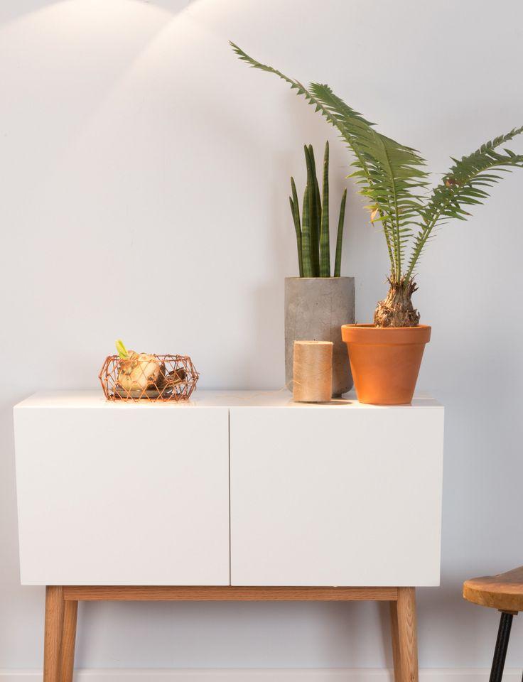 Wit/houten dressoir met woonaccessoires en planten #decoration #scandinavian
