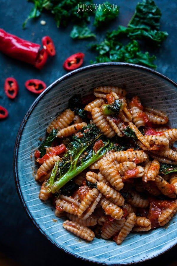 jadłonomia · roślinne przepisy: Makaron z jarmużem i pomidorami