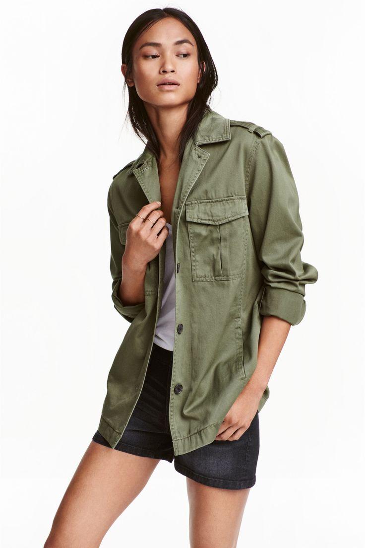 Куртка карго: Куртка карго из мягкого стираного хлопкового твила. На плечах погончики, спереди застежка на пуговицы. Нагрудные карманы с клапанами на потайной пуговице, а также боковые карманы. Застежка на пуговицы снизу на рукавах. Без подкладки.