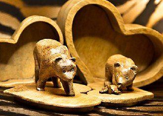 polandhandmade.pl #polandhandmade #rzeźba  Komplet puzderek w kształcie serc. Na wierzchu puzderka mają: większe dorosłego niedźwiedzia, mniejsze małego niedźwiadka bawiącego się żółwiem.