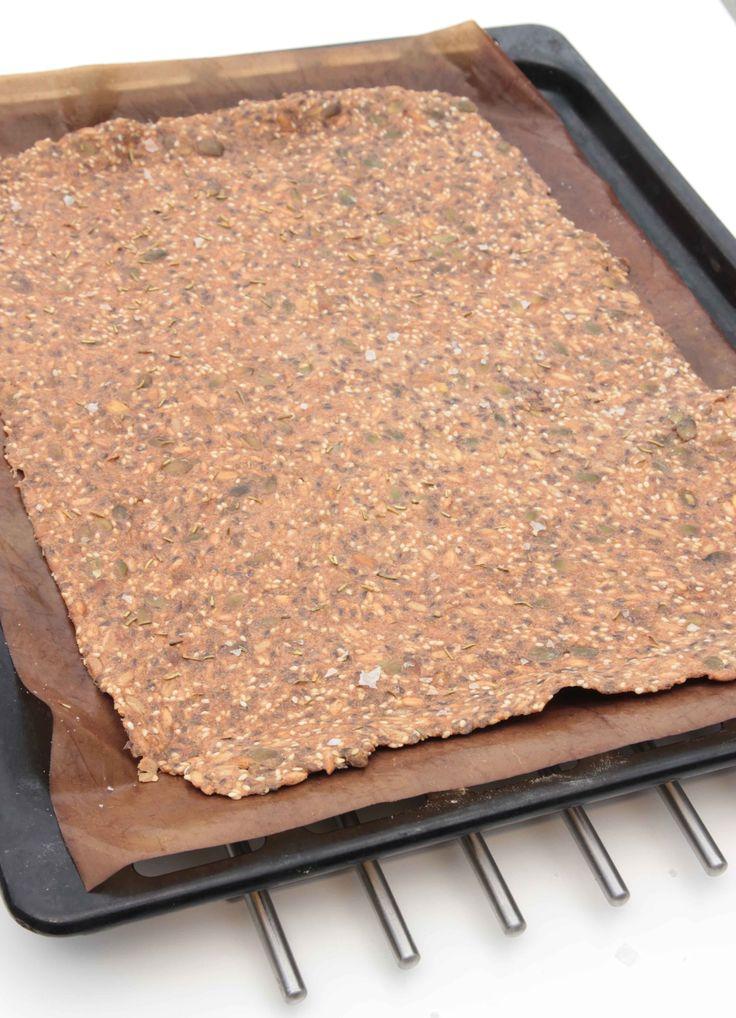 4. Grädda brödet mitt i ugnen i 60–70 min. Låt det svalna på plåten innan du bryter brödet i bitar.