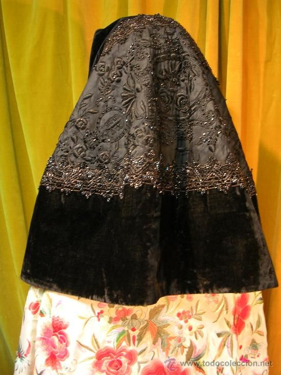 MANTILLA ANTIGUA CON BORDADOS Y AZABACHE