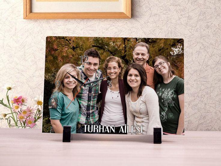 Aile Dostlarına Özel 15x21cm Ebatında Cam Masa Saati  Aile Dostlarınıza özel olarak alabileceğiniz bu hediye, 15x21cm ebatında cam yüzey üzerine fotoğraf baskı ve metin baskısı şeklinde hazırlanmaktadır. Ürün üzerine yapılan baskı, ürünün arka kısmından yapılmakta olup ilave olarak üzerinde şık bir saat bulunmaktadır. Hediyenizin üzerine fotoğraf baskısı yaptırabileceğiniz gibi ufak notlarda ilave edebilirsiniz.   Hediyeniz 15x21cm Kristal Baskılı Cam, 2 Adet ayaklık ve saat dahil olarak…