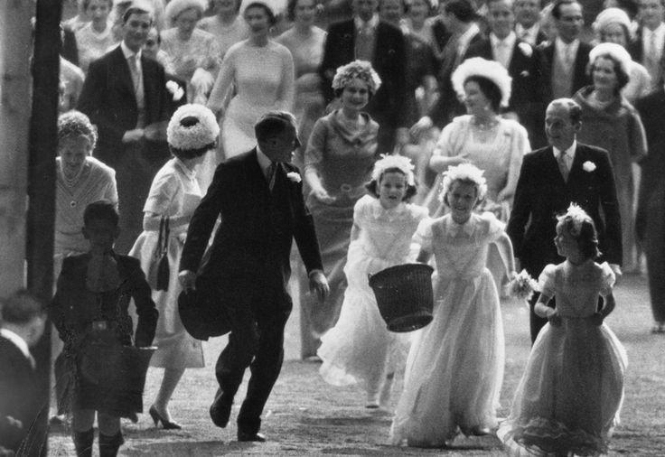 IlPost - La principessa Anna con un cesto di coriandoli insieme ad altre damigelle durante il matrimonio della zia, la principessa Margaret. Il ragazzino a sinistra è il principe Carlo e dietro c'è la Regina Madre, 6 maggio 1960. (Victor Blackman/Getty Images) - La principessa Anna con un cesto di coriandoli insieme ad altre damigelle durante il matrimonio della zia, la principessa Margaret. Il ragazzino a sinistra è il principe Carlo e dietro c'è la Regina Madre, 6 maggio 1960. (Victor…