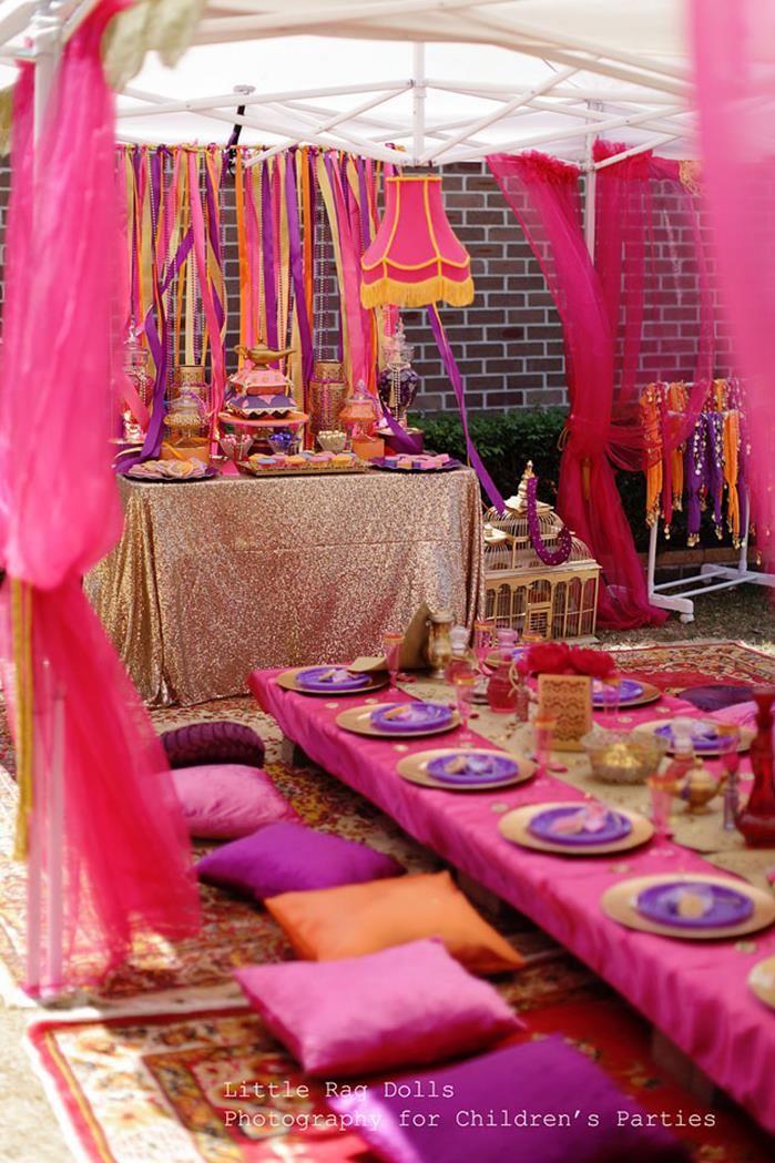 Decoración de fiesta temática árabe con colores naranja, fucsia y púrpura. #FiestatematicaMedioOriente