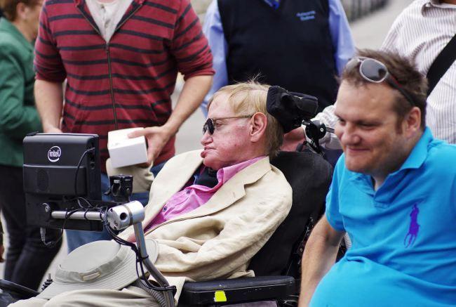 A escala do astrofísico Stephen Hawking en Vigo despertou paixóns o sábado. Tras desembarcar do cruceiro 'Oasis of the seas' na súa escala na cidade, paseo polas Avenidas, o Casco Vello e A Pedra, onde degustou as famosas ostras. De feito, o cociñeiro Víctor Acuña, do restaurante 'La Espuela' atendeuno persoalmente e lle preparou unha crema de ostras e mexilóns, entre outras viandas como sopa de marisco, luras, xamón e queixo de tetilla. O chef puxo especial celo en non empregar fariñas que…