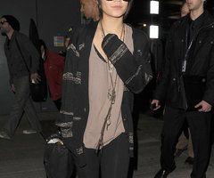 Vanessa Hudgens svart kofta leggings glasögon flygplats foto | Posh24.se