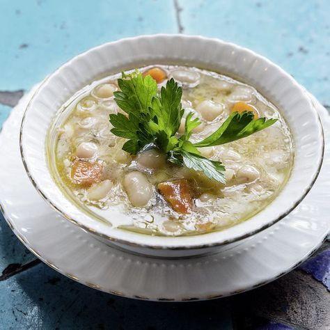 Die weißen Bohnen werden in einer würzigen Sauce zubereitet und leicht abgekühlt serviert.