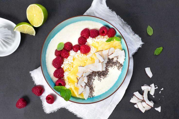 Smoothie med smak av sol og varme. Syrlig og søt tropisk frukt, friske bringebær og kokos gjør denne til en sommerfavoritt.
