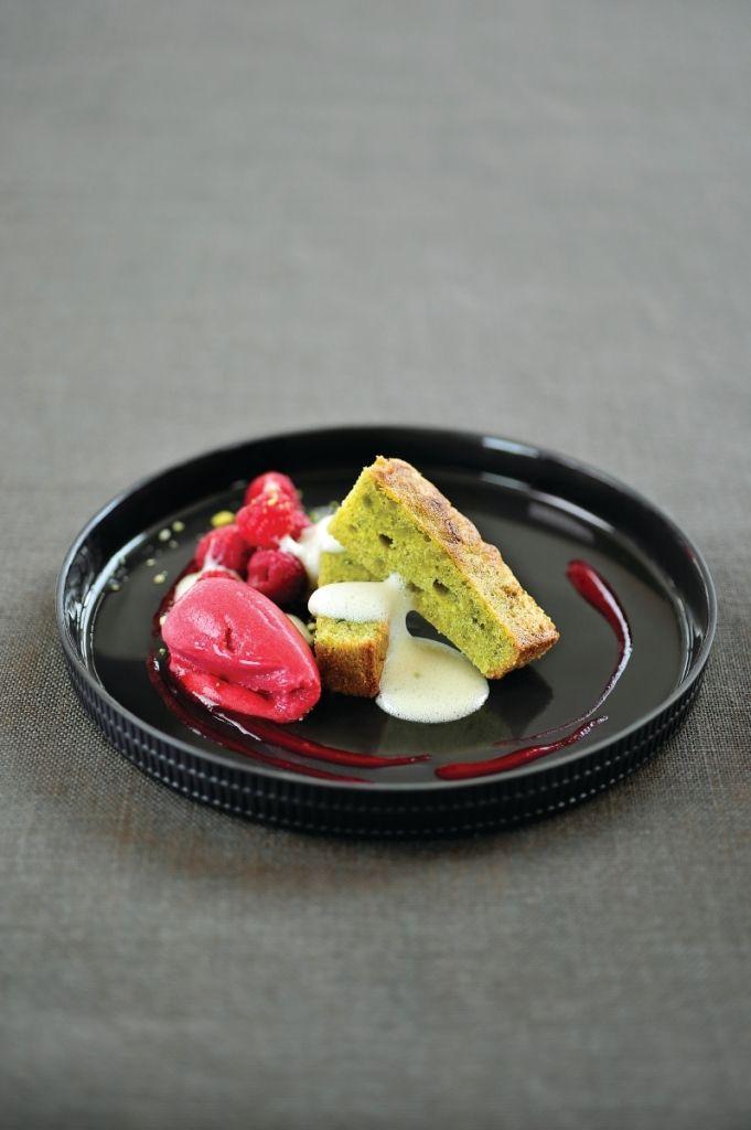 Pistachebrownie met frambozencoulis http://njam.tv/recepten/pistachebrownie-met-frambozencoulis