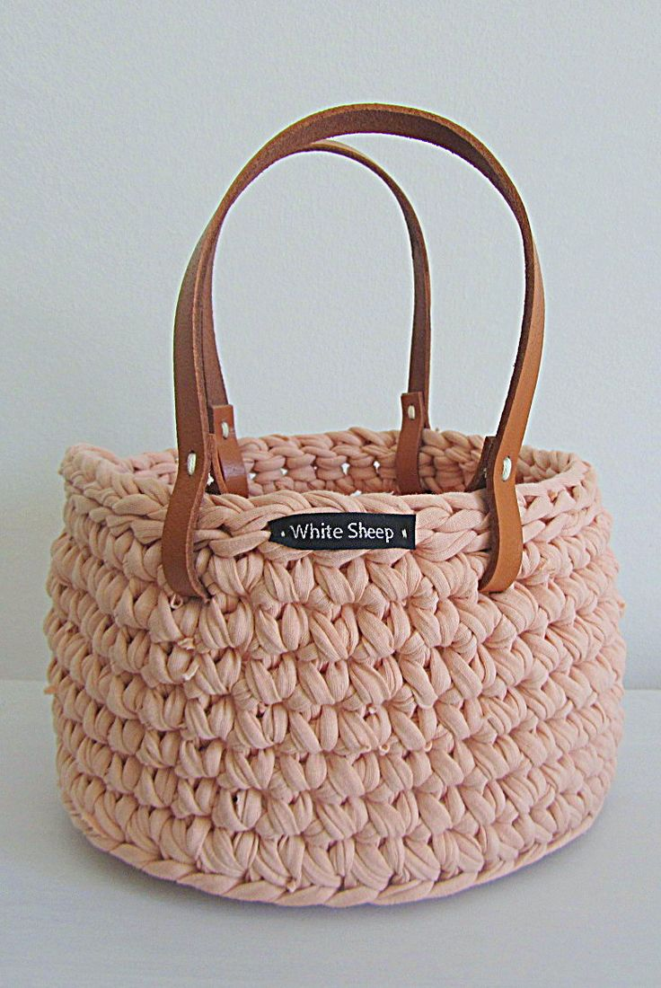 Crochet basket with leather handles #tshirtyarn #trapillo #fettuccia