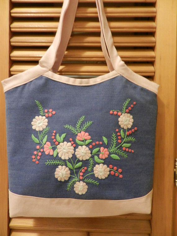 Cosí el bolso de mezclilla. La parte frontal de la bolsa con la mano embrodery, hice flores de Margarita. Cierre con cremallera y puede encontrar dos bolsillos interior. Se encarga de altura 75 cm (29,5 pulgadas) Ancho 39 cm (15,5 pulgadas) Altura 35 cm (14).