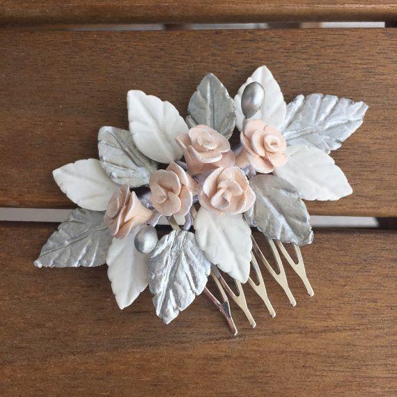 Peineta de novia o comunión realizado a mano de hojas, rosas y pistilos color blanco, plata y rosa maquillaje. Material: Pasta de porcelana