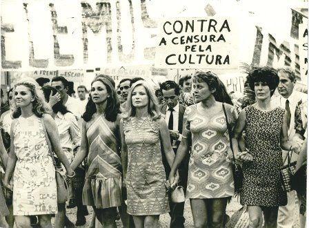 Eva Todor, Tônia Carrero, Eva Wilma, Leila Diniz, Odete Lara, Norma Bengel, Ruth Escobar e de terno claro Mario Pedrosa, na linha de frente da Passeata dos Cem Mil. Uma manifestação popular de protesto contra a Ditadura Militar no Brasil, ocorrida em 26 de junho de 1968, na cidade do Rio de Janeiro.