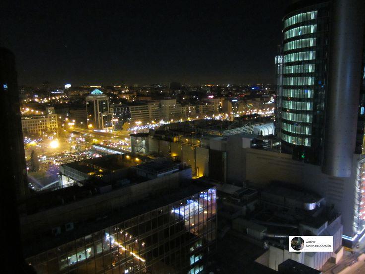 Torre Titania - AZCA - Navidad 2014 / 2015 - Madrid - Iluminación Navideña en la Castellana. En la fotografía adjunta se puede observar que junto a la Torre Titania se instaló una pista de patinaje sobre hielo y atracciones infantiles navideñas.