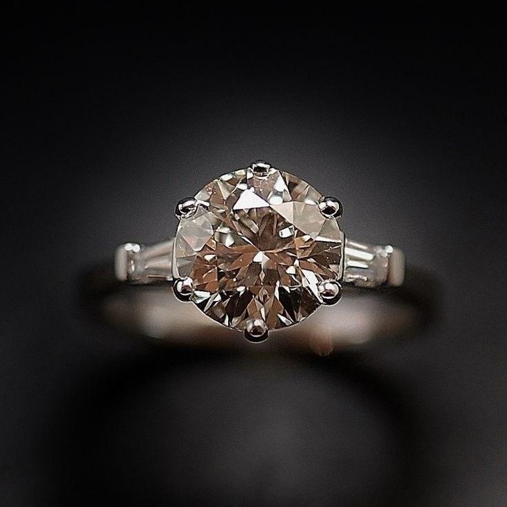 à vendre : 10800€ solitaire en or gris 18 Cts avec Diamant naturel taille brillant de 2.07 Cts serti 6 griffes  Couleur : K (Légèrement teinté)  Pureté :  VS2 (Très petites inclusions)  diamètre pierre 8.3 mm  et de diamants baguettes soit 0.15 Cts H-VS  poids : 4.0 gr  Taille 53/54  Livré avec certificat de laboratoire LFG  mise à la taille offerte Prix Neuf Diamant : 16000€ Prix de la monture : 1800€