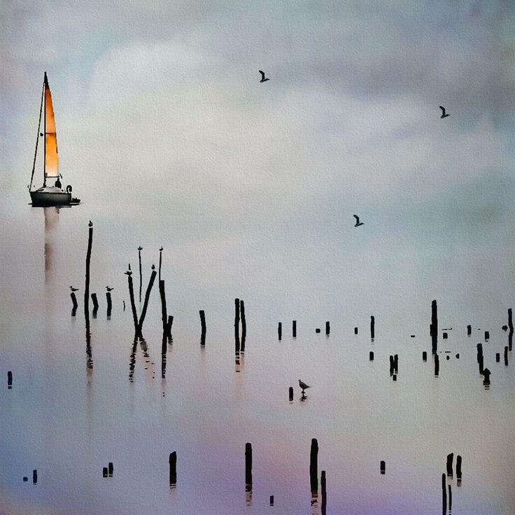 Où s'arrête l'eau, où commence le ciel ? Un voilier navigue près des parcs à huitres un jour de brume dans le Golfe du Morbihan. Magique !
