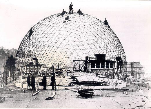 La construcción de cúpulas geodésicas es relativamente antigua. En la anterior fotografía se puede ver la construción de la cúpula geodésica...