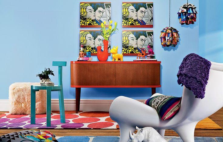 Quatro cópias da tela No Carro (1963), da série Comics Girl do americano Roy Lichtenstein, são o destaque dessa sala repleta de elementos do pop art. Uma explosão de cores no ambiente vintage.