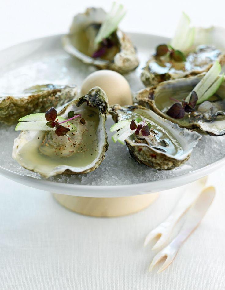 Oesters met gelei van Granny Smith http://njam.tv/recepten/oesters-met-gelei-van-granny-smith