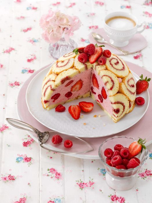 Erdbeer-Himbeer-Charlotte von Bernd Siefert. Charlotte cake with strayberries and raspberries.  © MIG/Maike Jessen für Sweet Dreams