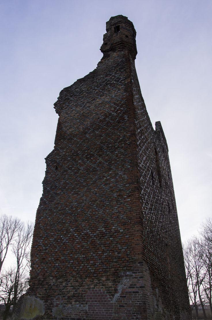 https://flic.kr/p/jqrvdA | Huis te Merwede Noordzijde | Het restant van de Donjon. De woontoren van het Kasteel van Daniël Daniëlsz van de Merwede. Het kasteel is gebouwd in 1300. Het tweede deel is gebouwd in 1350. Tijdens het beleg van Dordrecht in 1418 door Jan van Brabant is een deel van het Kasteel geruïneerd. Tijdens de St Elisabeths-vloed van 1421 kwam het geheel in het water van de rivier de Merwede te liggen.