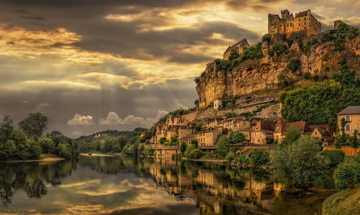 During our holiday in France 2015 we've visited a lot of cozy little villages but there are always some of them you'll never forget. One of those was Beynac-et-Cazenac, a little village along the Dordogne river. I remember me stepping out of my car looking at this medieval setting and it's reflection in the river. The sun was fighting it's way through the thick clouds and managed to lighten up the front side of the mountain from which the city seemed to be carved out like a sc...